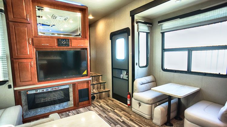 toy_hauler_hard_rock_maple_4250W_interior05.jpg